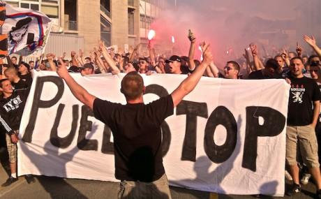 Les supporters du Virage Sud en marche pour le départ de Puel - Photo LyonMag