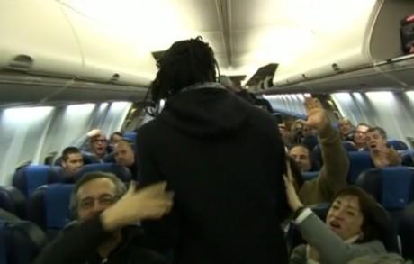 Bafé Gomis, héros du soir, applaudi par la délégation lyonnaise à son entrée dans l'avion du retour - Capture d'écran - Olweb