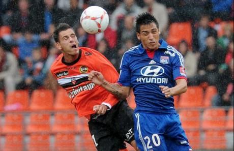 Fabian Monzon (à droite) au duel avec Jérémie Aliadière (à gauche) - DR So Foot