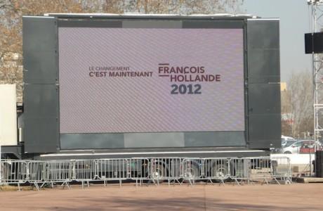 L'écran géant sur la parvis du palais des sports de Gerland, qui servira à retransmettre le discours de François Hollande, à Lyon jeudi soir - DR