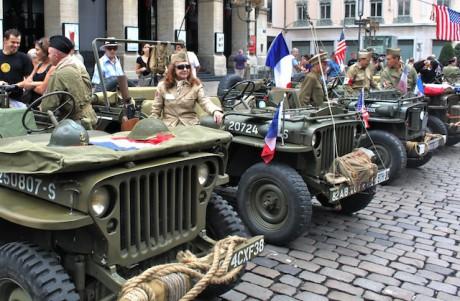 La place de la Comédie samedi matin a laissé place aux Jeeps d'époque pour célébrer le 67ème anniversaire de libération de Lyon - LyonMag