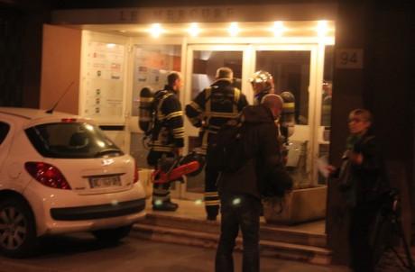 Les pompiers sur place lundi soir rue Servient (Lyon 3e) ont sorti la disqueuse pour extraire le corps. A 22h, le cadavre était toujours bloqué dans le conduit d'aération - LyonMag
