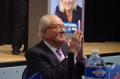 Jean-Marie-Le Pen, entre le banquet et la tribune, qu'il alternera pendant la soirée devant 250 sympathisants - LyonMag