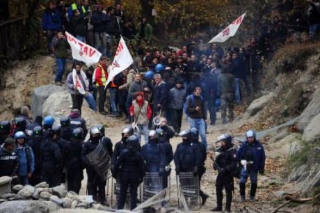 Manifestants contre policiers du côté italien du tracé du Lyon-Turin - Photo AFP