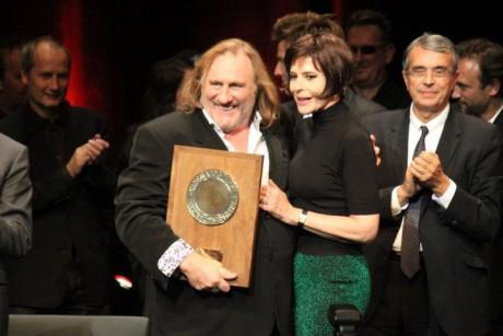Gérard Depardieu a reçu le Prix Lumière des mains de Fanny Ardant - LyonMag