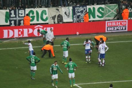 Divers objets avaient été jetés sur la pelouse lors du derby du 17 mars 2012 à Geoffroy Guichard - LyonMag