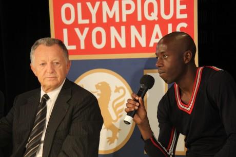 Le président Aulas au côté de Mouhamadou Dabo lors de la présentation du joueur à la presse mercredi - LyonMag
