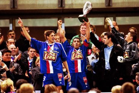 En 2001, l'OL avait remporté le trophée (de gauche à droite : Edmilson, Sonny Anderson, Florent Laville et Grégory Coupet) - DR