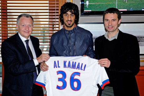 Hamdan Al Kamali, avec le maillot de l'Olympique Lyonnais et entouré de Rémi Garde et de Jean-Michel Aulas - Photo olweb.fr