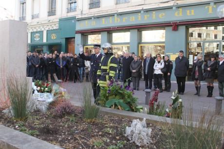 Mardi matin devant le monument de la rue Moncey, le colonel Serge Delaigue rend hommage au sergent-chef Stéphane Abbès, décédé lors de l'intervention du 28 février 2008 - LyonMag