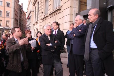 Gérard Collomb et les représentants des personnels laborantins des HCL lundi soir devant le siège lyonnais des hospices - LyonMag