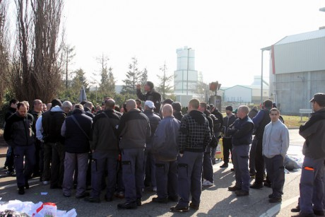 Les éboueurs en grève devant l'entrée de l'incinérateur de Gerland mardi matin - LyonMag