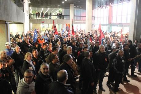Les grévistes jeudi matin dans le hall du Grand Lyon, rue du Lac (Lyon-3e) - Lyonmag