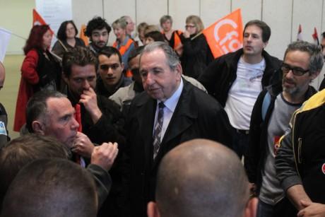 Pierre Crédoz, vice-président du Grand Lyon délégué aux ressources humaines, interpellé jeudi dans les locaux du Grand Lyon par les grévistes - LyonMag