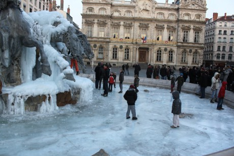 La fontaine Bartholdi saisie par la glace - LyonMag