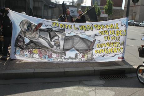Une poignée de minutes avant le départ, les manifestants déplient les banderoles - LyonMag