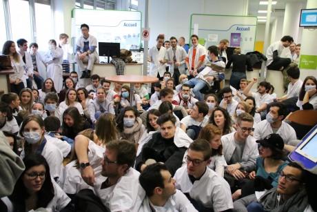 Les étudiants dentistes en sit-in à la CPAM - LyonMag