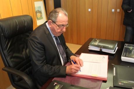 Pierre Crédoz, le maire de Décines, signant vendredi matin le permis de construire du Stade des Lumières de l'OL - LyonMag