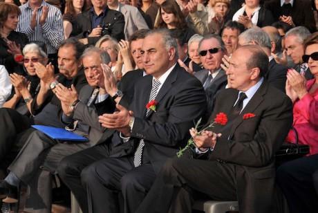 Gérard Collomb avec à sa droite l'adjoint à la culture de la Ville de Lyon Georges Képénékian. A l'arrière-plan entre les deux élus, lunettes de soleil sur le nez, le maire de Décines Pierre Crédoz - DR