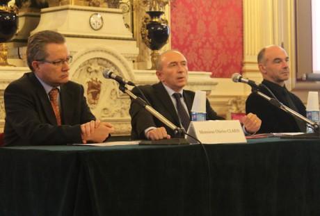 De g. à d. : le Pr Claris, président de la communauté médicale des HCL, Gérard Collomb et François Mion, coordinateur de la communauté médicale de HEH