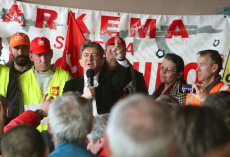 Jean-Luc Mélenchon au milieu des salariés d'Arkéma mardi à Saint-Fons - LyonMag