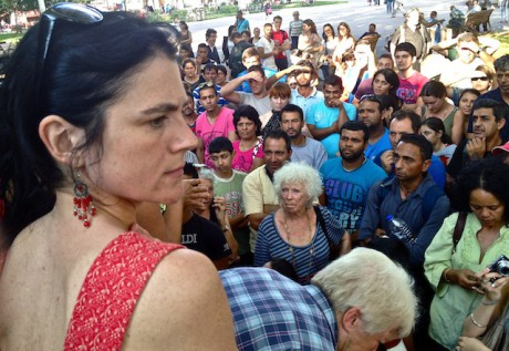 Nathalie Perrin-Gilbert face aux demandeurs d'asile, lundi soir place Carnot (2e), après la réunion à la préfecture du Rhône - LyonMag