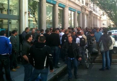Les policiers lyonnais devant l'entrée de la rue Pierre Corneille de la préfecture du Rhône, mercredi à 12h - LyonMag