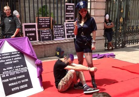 Les travailleurs du sexe se sont installés devant l'Hôtel de Ville de Lyon - Photo Lyonmag.com