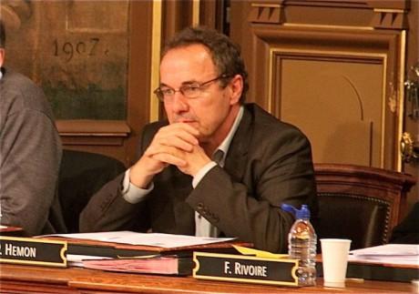 Pierre Hémon dans l'hémicycle de la salle du Conseil municipal - LyonMag