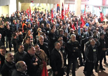 Les éboueurs et d'autres agents du Grand Lyon grévistes heudi matin dans le hall du Grand Lyon - LyonMag
