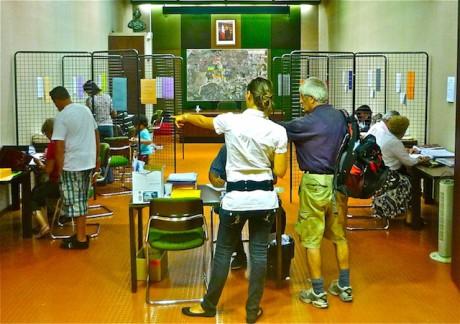 Lundi, dans la salle du conseil de la mairie de Décines, reservée pour l'occasion aux enquêtes publiques, les contributeurs noircissent les pages des registres (Photo LyonMag)