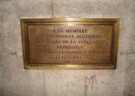 Une plaque commémorative des évènements du 17 octobre 1961 à Paris - DR