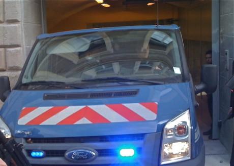 Dans la fourgonette de la Gendarmerie qui recule dans la cour du Palais de Justice de Saint-Etienne, l'ex-n°2 de la PJ de Lyon Michel Neyret - LyonMag