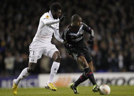 Gueida Fofana à la lutte avec Emmanuel Adebayor - DR