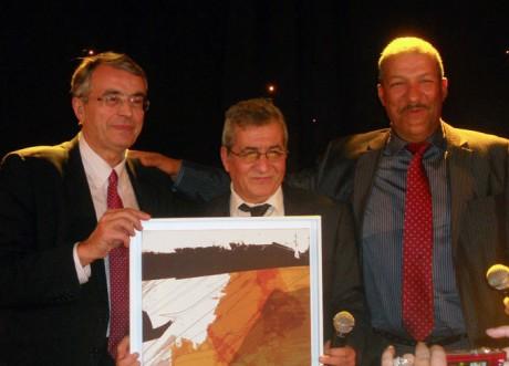 Omar Belhouchet et Mohamed Tahar Messaoudi recoivent le trophée de la liberté de la presse des mains du président du Conseil régional Rhône-Alpes, Jean-Jacques Queyranne - DR
