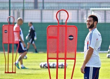 A l'arrière plan, Cris, blessé ce soir pour la venue du Rubin Kazan, cède son brassard de capitaine à Lisandro Lopez - LyonMag
