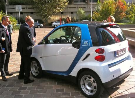 De g. à d. : Gilles Vesco, vice-président du Grand Lyon aux modes doux et Gérard Collomb présentent un véhicule de la flotte Car2Go - LyonMag