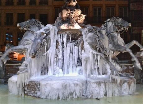 Les chevaux de la fontaine Bartholdi saisis par les glaces - LyonMag