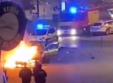 Les pompiers arrivent pour éteindre la voiture en feu - DR