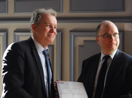 Luc Lafond et Emmanuel Aubry lors de la remsie du cahier de doléances- LyonMag