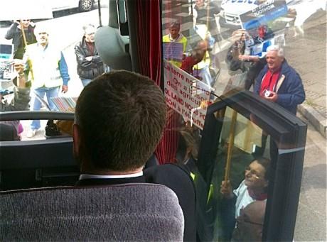 Aulas, imperturbable, ne jette pas un coup d'oeil aux opposants du projet de Stade des Lumières de l'OL. Parmi eux, Franck Buronfosse - LyonMag