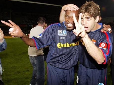 Caçapa, ici avec Juninho, a porté le maillot de l'OL entre 2001 et 2007 - DR