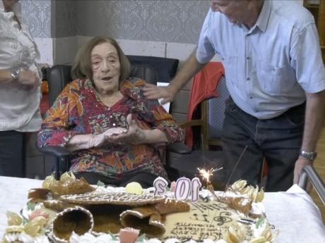 Marie-Thérèse devant le gâteau - LyonMag.com