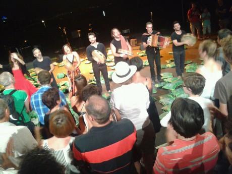 Canzoniere Grecanico Salentino a invité le public à le rejoindre en fin de spectacle - Lyonmag
