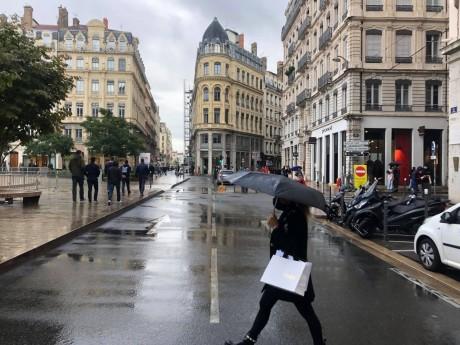 Image rare d'un piéton sur la route lors de l'opération La Voie est Libre - LyonMag
