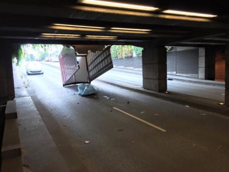 Le toit du véhicule est resté bloqué sous la trémie - DR