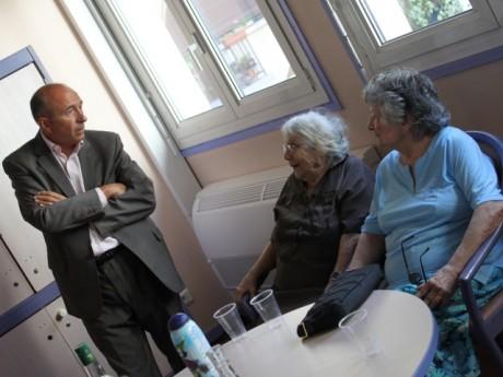 Gérard Collomb lors de la visite d'une résidence pour personnes âgées - LyonMag