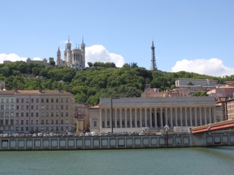 Notre Dame de Fourvière et la Palais de Justice de Lyon - LyonMag