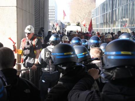Les affrontements avec les forces de l'ordre au siège de la Métropole le 23 mars - LyonMag