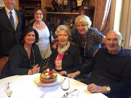 Raymonde Bocuse, ici lors d'un anniversaire passé aux côtés de Paul Bocuse et de sa famille - DR
